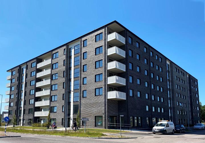 Fastigheten sedd från gatan vid järnvägsstationen i Båstad