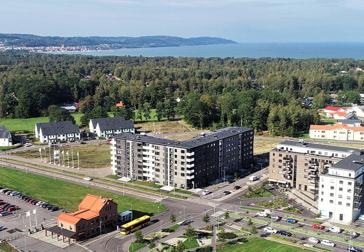 Drönarbild på fastigheten där man ser stationen i förgrunden och havet i bakgrunden